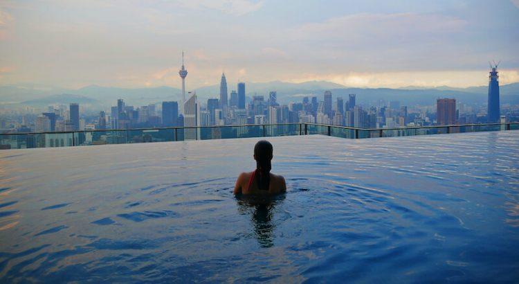 Vrouw in infinity pool in Kuala Lumpur